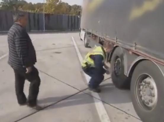 Погледнете како македонски камионџија се справува со германската полиција! (ВИДЕО)