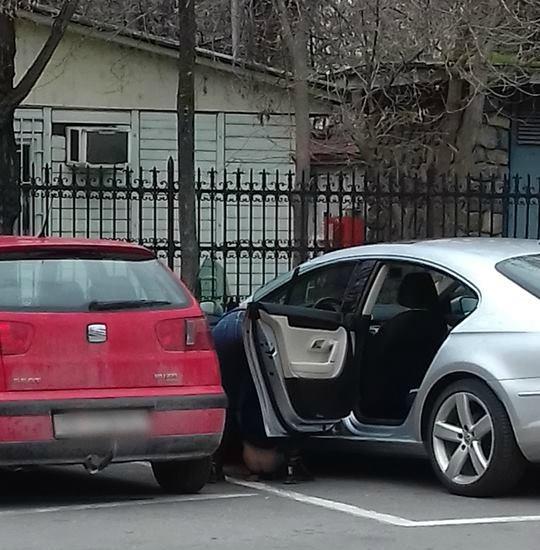 Скопска култура: Мајка го држи детето да врши нужда на сред паркинг во Скопје (ФОТО)
