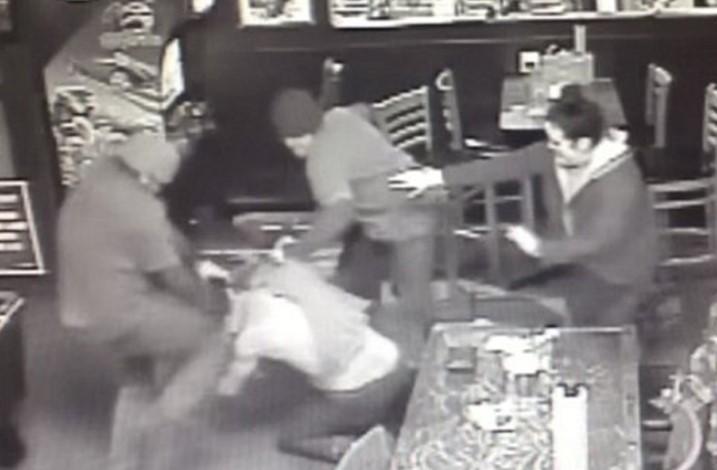ВОЗНЕМИРУВАЧКО: Две лица претепале маж додека во прегратка ја чувал неговата ќеркичка! (ВИДЕО)