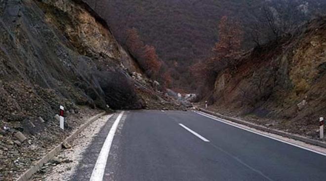 Влажни коловози- Се препорачува внимателно возење