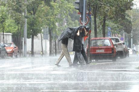 Невреме над Македонија – темни облаци на небото, следуваат врнежи и грмежи