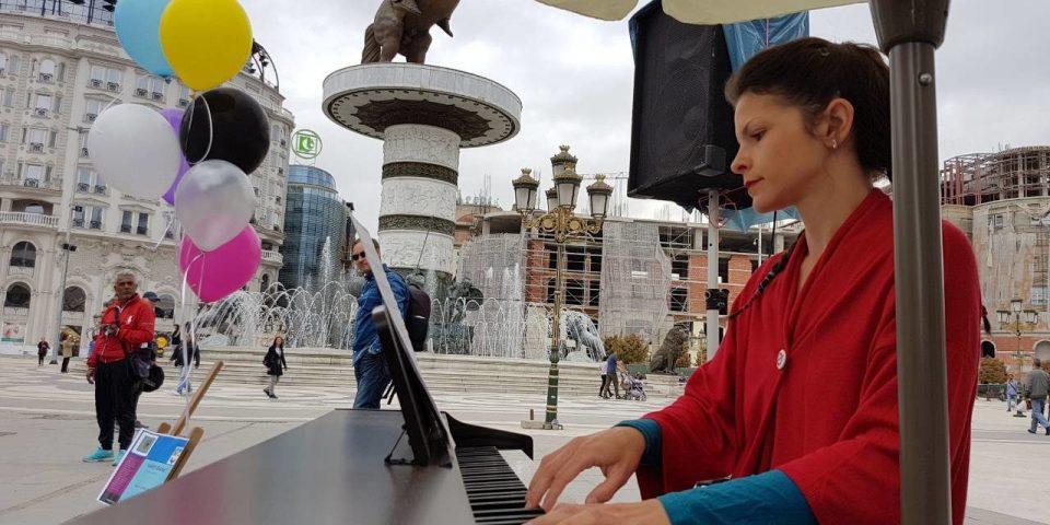 На скопскиот плоштад пијано маратон на Дуња Иванова