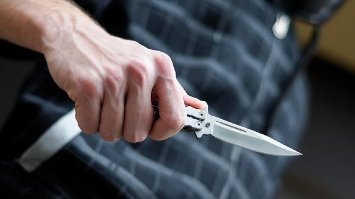 Кумановец со нож ја нападнал сопругата на плоштад