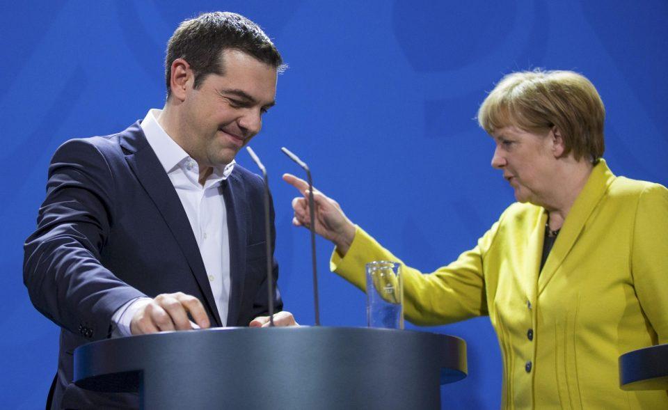 Меркел со понуда до Грција: Ако го решите името, ќе може да делите повисоки пензии