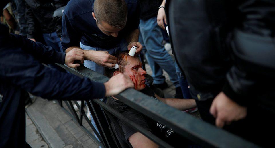 Крв во Атина: Протести пред Американската амбасада, се обидоа да го рушат споменикот на Труман