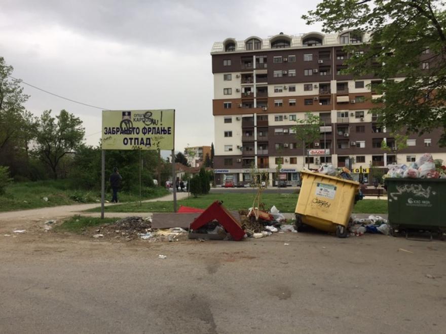 Преполни контејнери со смет во Карпош