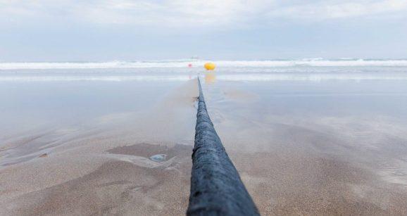 Поради пресечен подводен кабел цела држава останала без интернет