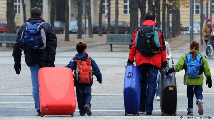 Светските банкари предупредуваат: Од Македонија се иселиле половина милион луѓе