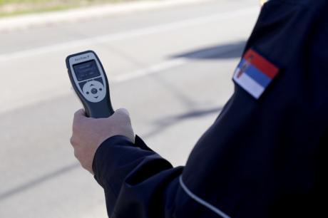 Полицијата ја фати најпијаната девојка со автомобил: Возела со 2,15 промили