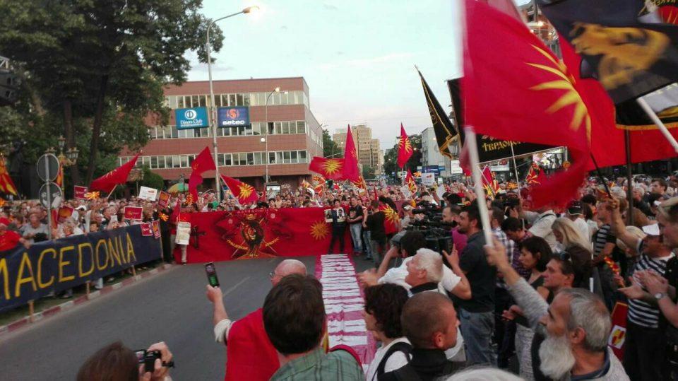 Голем протест: Граѓаните излегоа против промена на името и двојазичност