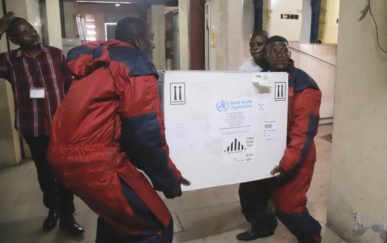 """Еболата влезе во """"нова фаза"""", откриена во град со милион жители"""