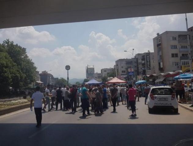На скопски Бит Пазар: Дивите тезгаџии во судир со полицијата (ФОТО)