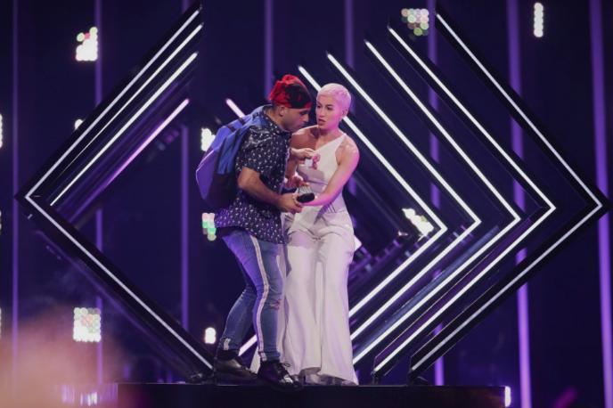 По скандалот на Евровизија претставничката на Англија поминува низ пекол (ВИДЕО)