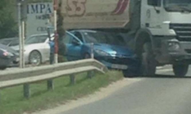 Тешка сообраќајка кај Струга: Камион му го пресекол патот на автомобил (ФОТО)