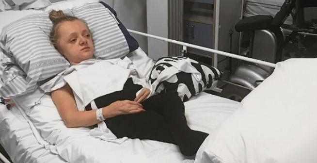 Потресна судбина: Кога кашла ѝ се кршат коските, дури и прегратката е кобна за неа (ФОТО)