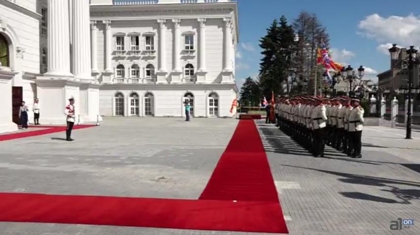 Во живо од пред Влада: Пречек на британската премиерка Тереза Меј