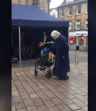 Стана од инвалидска количка и почна да танцува: Баба направи спектакал среде плоштадот (ВИДЕО)