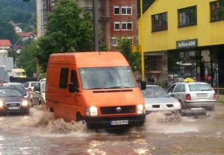 Сообраќајот блокиран, улиците под вода – голема бура во БиХ( ФОТО)
