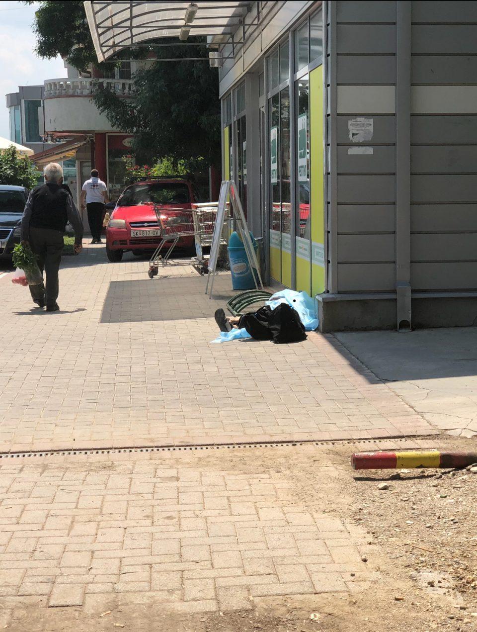 Вознемирувачка фотографија: Тело на мртва жена лежи на улица во Бутел
