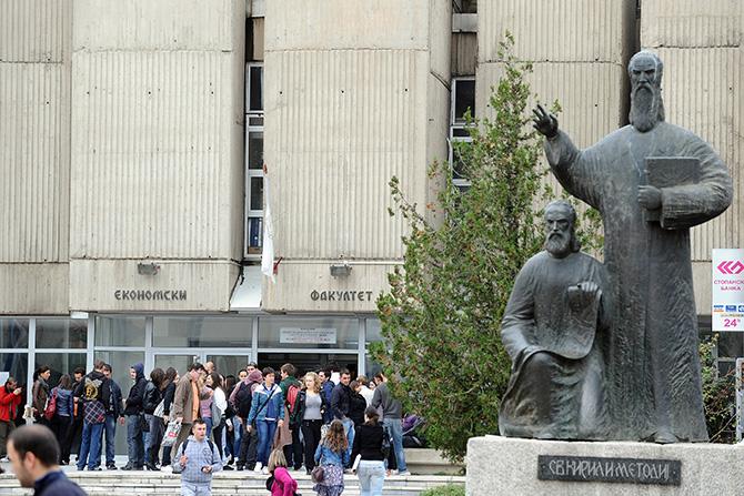 Петковски: Како ќе се запазат здравствените препораки ако се полага со физичко присуство на студентите
