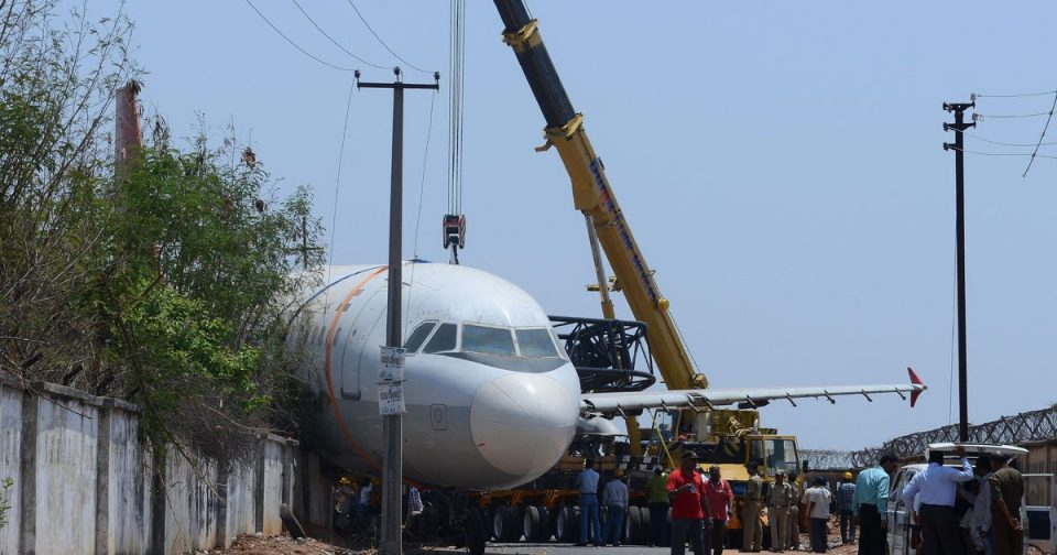 Уништен авион во Индија: Кран испушти авион тежок 77 тона (ВИДЕО)