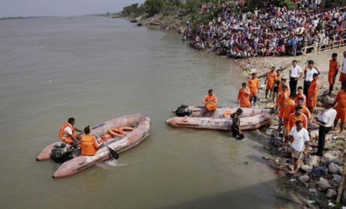 Траект се преврти во река во Индија