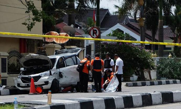 Индонезија: Еден мртов и тројца повредени во напад со самурајски мечови