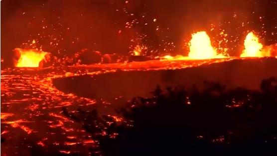 Страшно: Лавата го голта островот, а тие прават селфи (ВИДЕО+ФОТО)