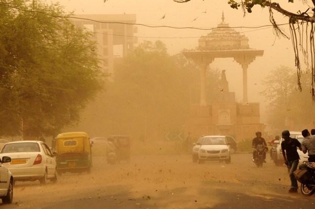 Силна песочна бура ја погоди Индија – над 40 загинати