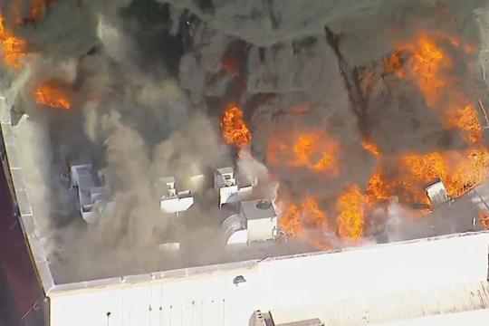 Илјадници евакуирани поради пожар и експлозии во складиште за муниција