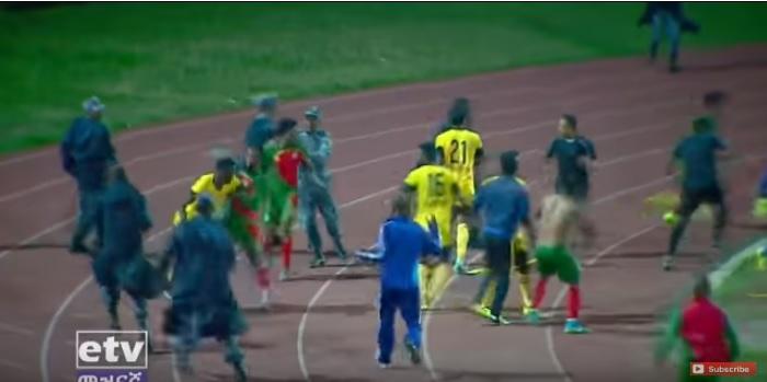 Хаос на теренот: Играчите и тренерот жестоко го нападнале судијата (ВИДЕО)