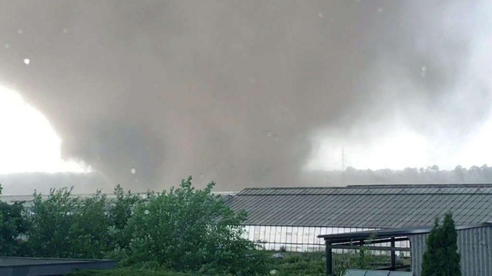 Силно торнадо ја погоди Германија (ВИДЕО)