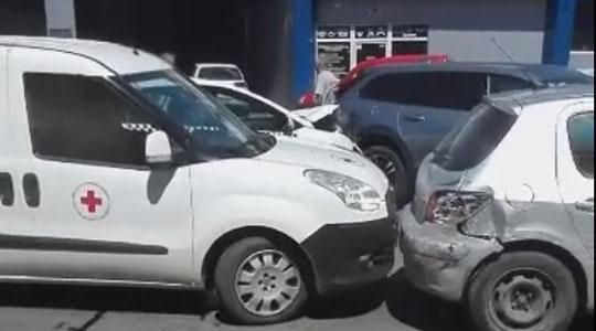 Му се слошило на возачот и излегол: По верижниот судир искршени автомобили кај Железничка (ВИДЕО)