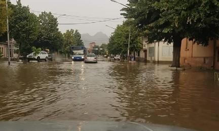 Во Прилеп големо невреме – реки течат по улиците (ФОТО)