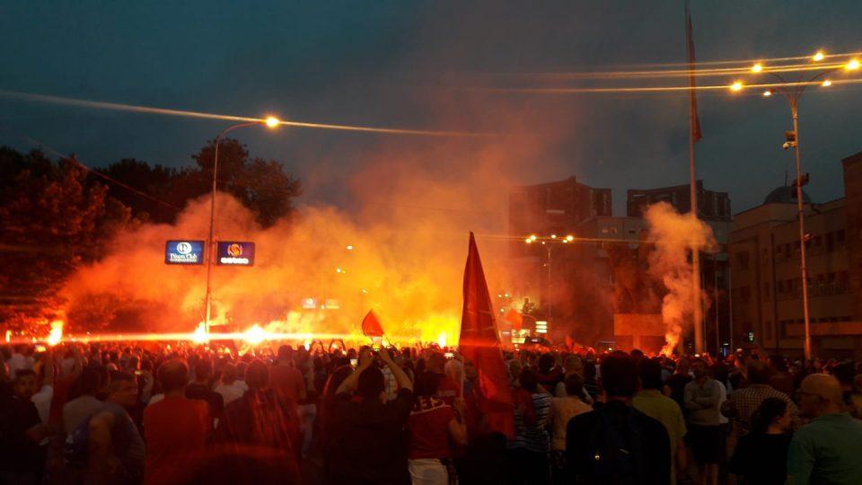 Илјадници луѓе протестираа пред собранието против промена на името