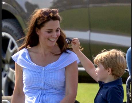 Јавноста со бурни реакции: Погледнете со што си игра принцот Џорџ (ФОТО)