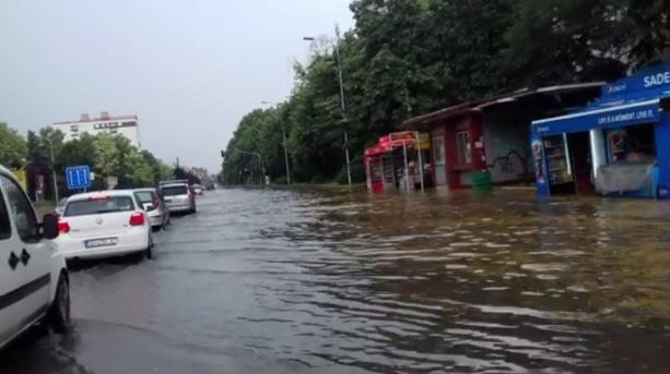 Скопје под вода, паднати дрва и уништени автомобили(ФОТО ГАЛЕРИЈА)