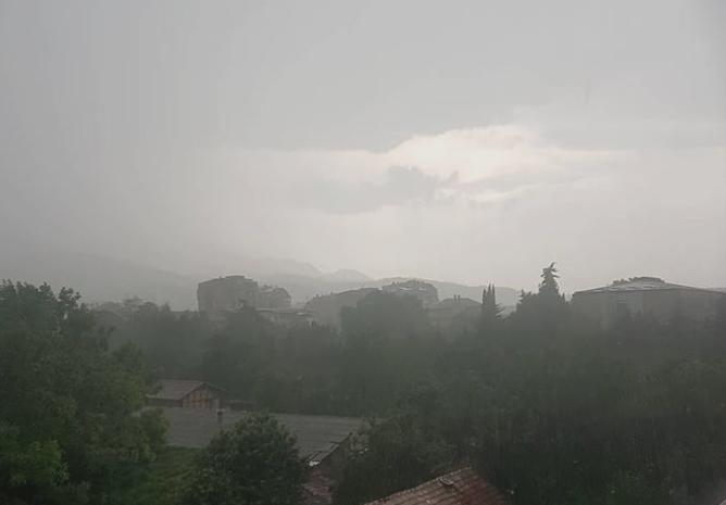 Страшно невреме во Скопје – циклонот Силвија донесе пороен дожд и град (ФОТО)