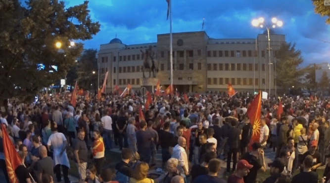 Пратениците ќе го разгледуваат договорот со Грција, најавени протести пред Собранието