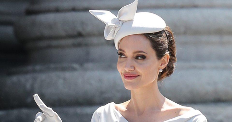 И покрај сите кралски правила Џоли никогаш поелегантна (ФОТО)