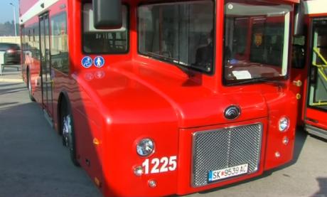 Драма на автобуска во Скопје – Добил удар по грбот додека се симнувал со внуката