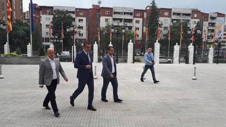 Мицкоски влезе кај Заев: Дали средбата ќе трае подолго од две минути?