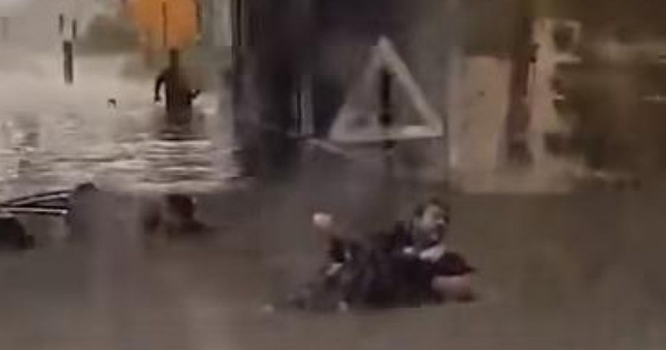 Жени извлечени од целосно потонат автомобил во Италија (ВИДЕО)