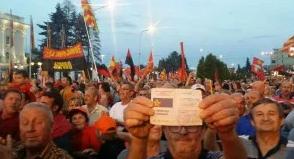 На вечерашниот протестен митинг присуствуваа и членови со книшки од СДСМ (ФОТО)