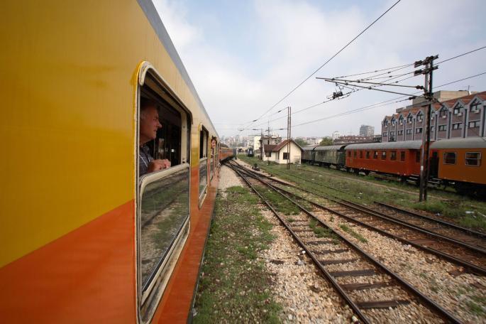 Избегната трагедија: Маж скокна од воз во движење во Велес