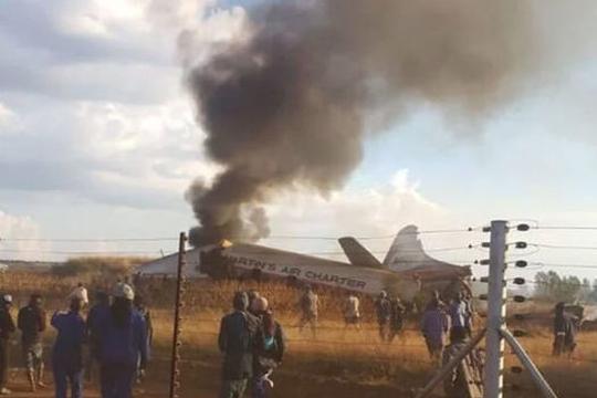 Околу 20 повредени при пад на авион во Јужна Африка