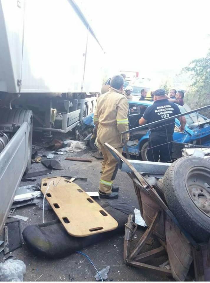 Фотографиите сведочат за несреќата попладнево – возилото целосно смачкано (ФОТО)
