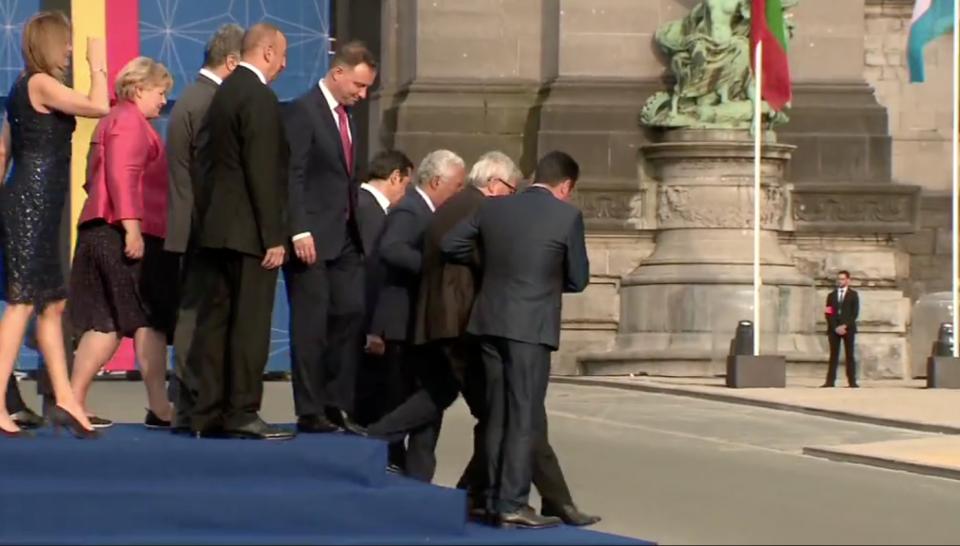 (ВИДЕО) Јункер се зашемети, Заев го држеше да не падне