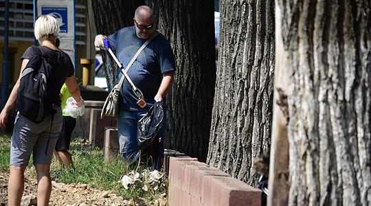 Наместо државата актери го чистеа дворот на Клиничкиот центар во Скопје