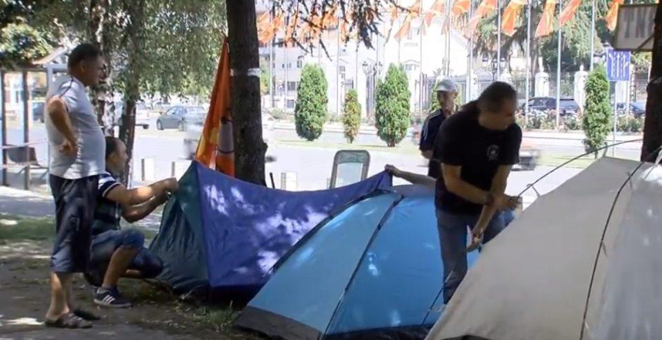 Вработените во Еурокомпозит поставија шатори пред владата